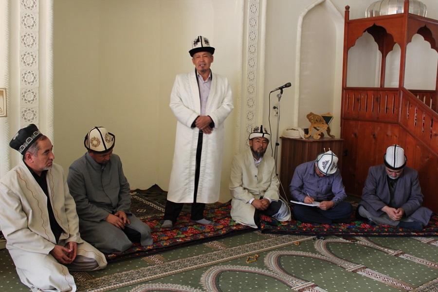 Баткен облусунун казысы Кадамжайдагы имамдардын иш аракетери менен таанышууда