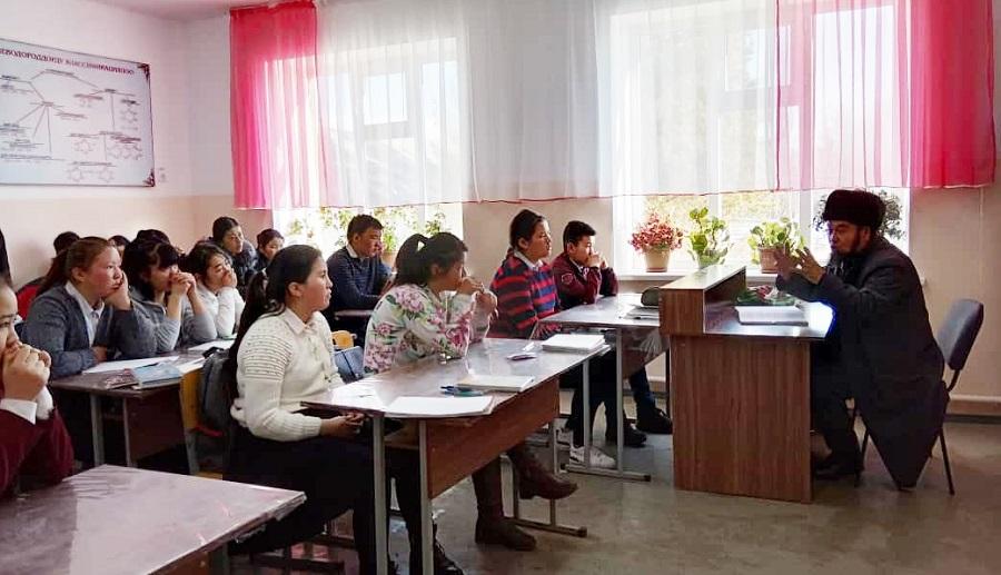 Түп районунун баш имам хатиби Сары-Дөбө айылындагы мектеп окуучуларын интернетти туура пайдаланууга чакырды