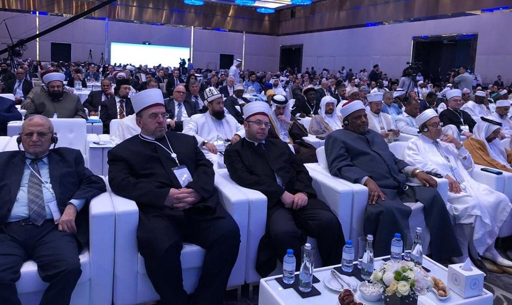 Азирети Муфтий Абу-Даби шаарында өтүп жаткан «Мусулман коомчулуктарында тынчтыкты бекемдөө» аталышындагы  V форумга катышууда