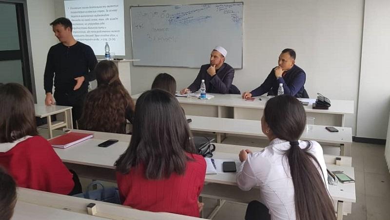 Кант шаарынын «Азери» мечитинин имамы Кыргызстан эл аралык университетинин студенттери менен жолугушту