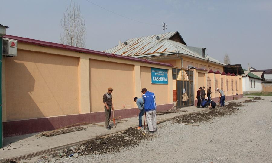 Жалал-Абаддагы дин кызматкерлер 28 574 көчөт, 8377 гүл отургузуп, 600 чакырымдан ашык жолду тазалашты