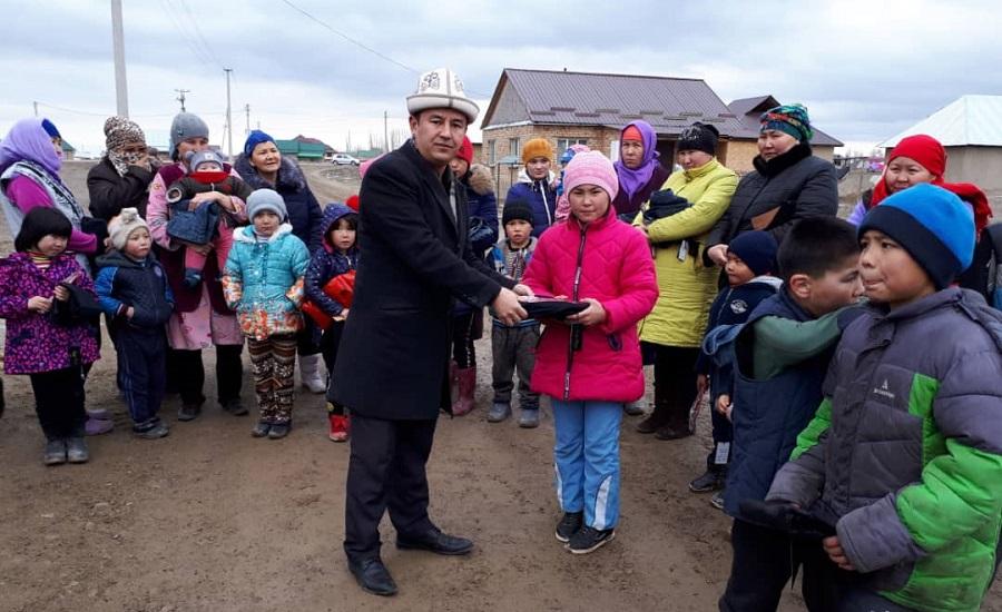 Бишкектеги «Умму Салама» мечитинин имамынын демилгеси менен  аз камсыз болгон үй-бүлөлөрго 30 миң сомдук жардам көрсөтүлдү