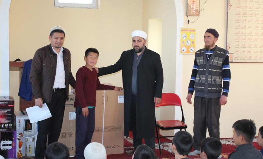 """Ош шаарындагы """"Тээке"""" мечитинде 1 пара Куранды жаттаган балдар  арасында конкурс өтүп, мыктылары аныкталды"""