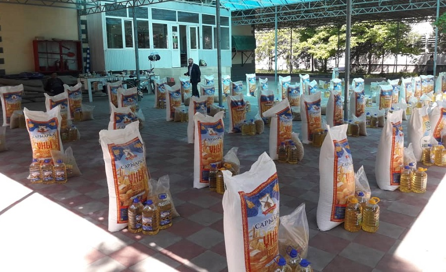Бишкек шаарындагы «Абдулла Салих» мечитинде муктаж 100 үй-бүлөгө 150 миң сомдук тамак-аш азыктары таратылды