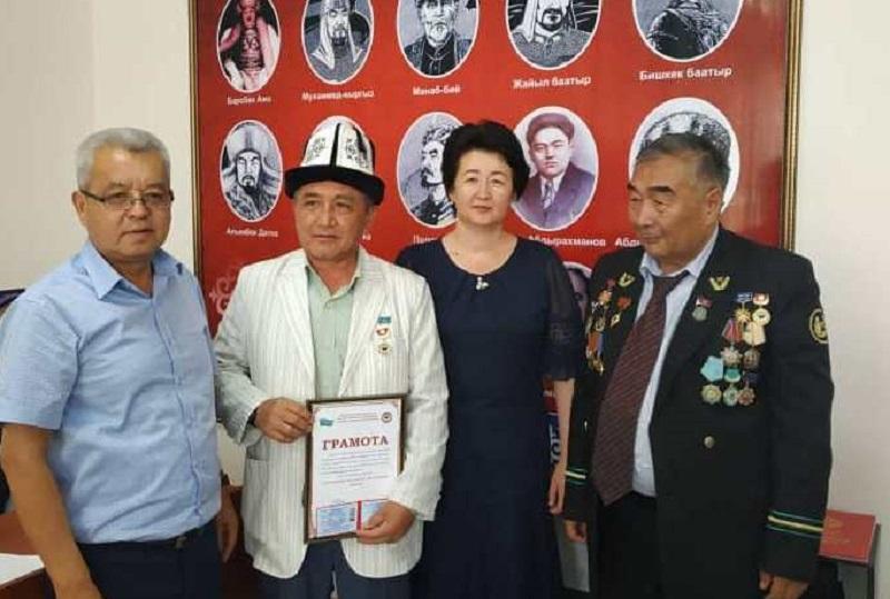 """Кызыл-Кыя шаарынын баш имам хатиби """"Ала-Тоо Мекенчил Инсаны"""" наамы менен сыйланды"""