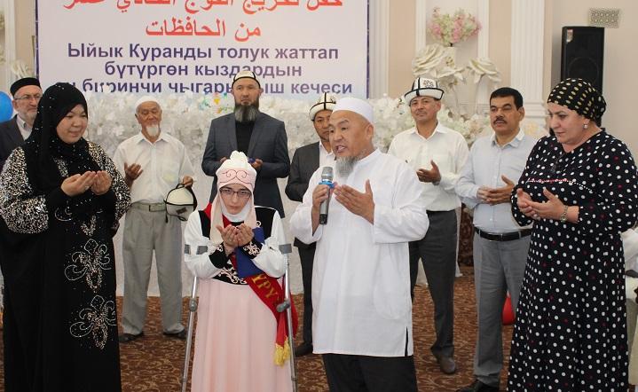 """Ош шаарындагы """"Саида Хадича"""" кыздар медресесинин бүтүрүүчүлөрү сертификат жана дипломдорго ээ болушту"""