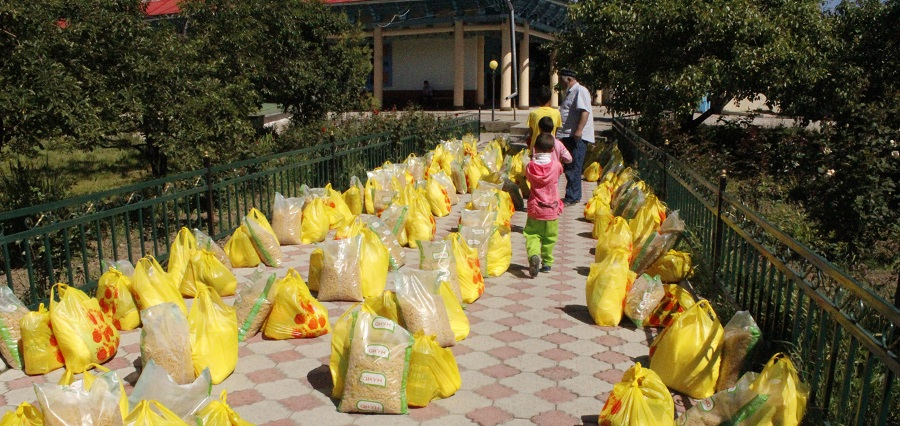 Каракол шаардык хатибияты демөөрчүлөр менен биргеликте 100 үй-бүлөгө   300 000 сом жардам тапшырышты