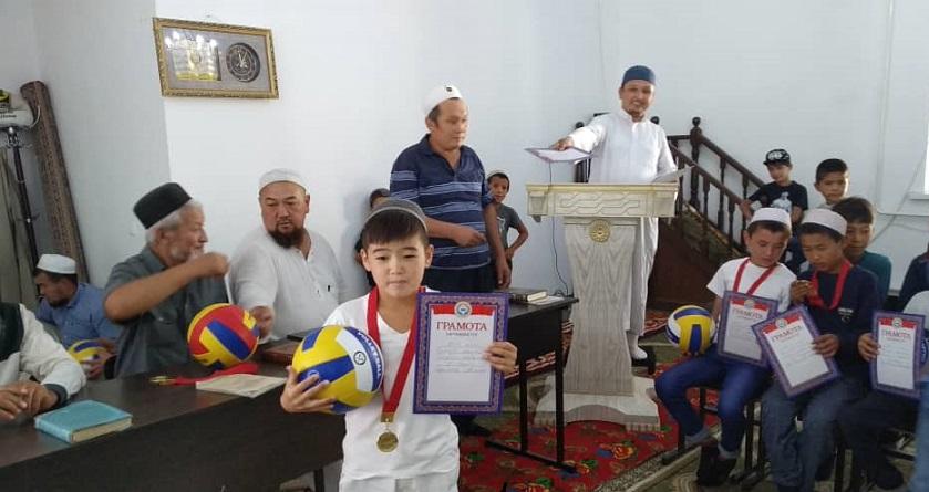 Октябрь айылында 60 окуучу Куран жаттап, алар үчүн конкурс уюштурулду