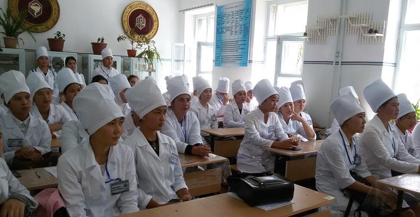 Майлуу-Суу шаарынын баш имам хатиби Абсатар ажы Эркинбеков студенттерге дарыгерлик кызматынын пазилеттери тууралуу баяндамасын жасады