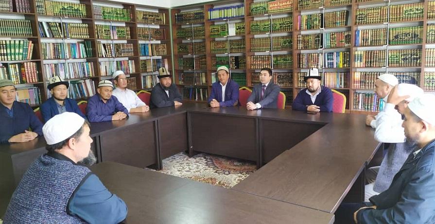 Ленин районунун имамдары Дин иштери боюнча мамлекеттик комиссиянын өкүлдөрү менен жолугушту