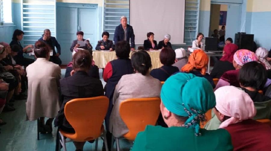 Ала-Бука районунун баш имам хатиби Шумкар ажы Чыналиев окуучулардын ата-энелерине жыйын өткөрдү