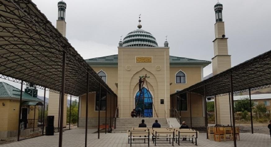 Кара-Көл шаарынын борбордук жаңы мечити ишке берилди (фото)