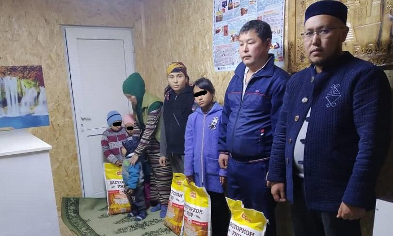 «Жанбото Ата» мечитинин жамааты жардамга муктаж 5 үй-бүлөгө азык-түлүк жана кийим кече беришти