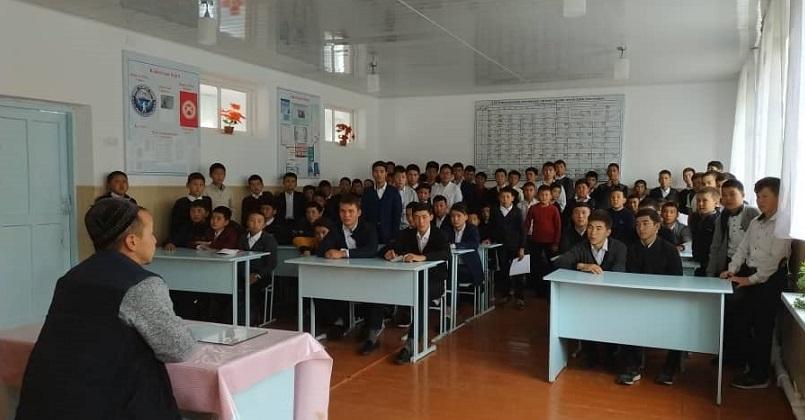 Асылбаш айылынын имамы Нурдин Мамыткулов окуучуларга тарбиялык саат өттү