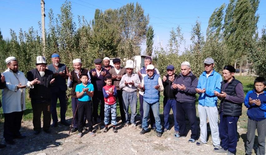 Чоң Кара-Буура айылынын имамы Ислам Куматаев айыл тургундарына тазалыктын мааниси жана анын түрлөрү тууралуу баяндамасын жасады
