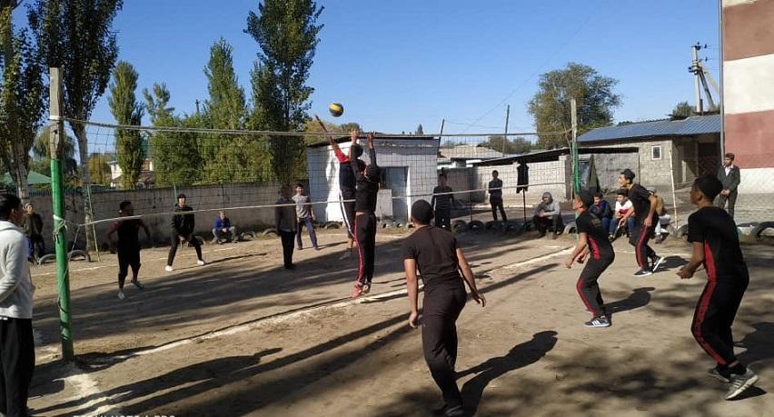 Жаңы-Жер айылында мектеп менен медресе ортосунда волейбол боюнча достук оюну өткөрүлдү