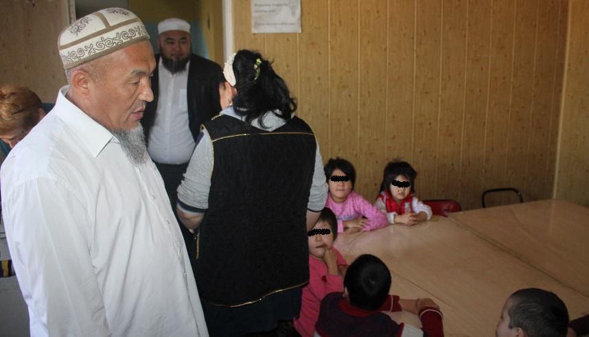 """Ош шаарынын мусулмандар казысы Убайдулла ажы Сарыбаев """"Наристе"""" балдар үйүнө зыярат кылды"""