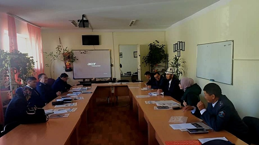 Нарын шаарынын баш имам хатиби Нарын мамлекеттик университетинде өткөн «Кыз ала качуу-кылмыш» аталышындагы  тегерек столго катышты