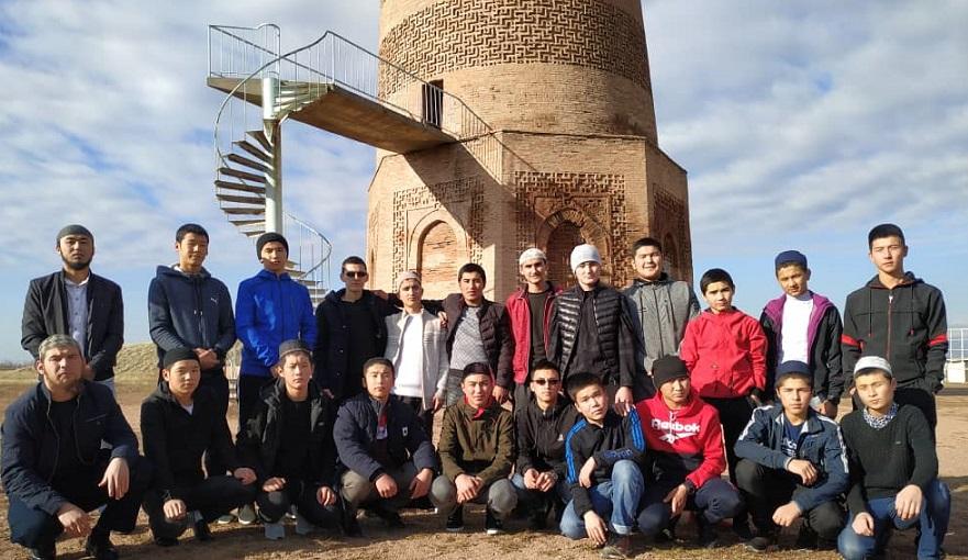 «Ала-Тоо» медресесинин студенттери Бурана мунарасын зыярат кылышты