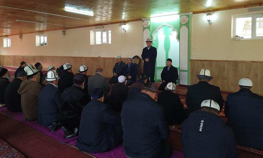 Ош облусунун мусулмандар казысы Самидин кары Атабаев Араван районунун имамдарына ысырапкерчилик менен күрөшүү боюнча тапшырмаларды берди