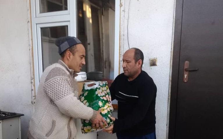 """Ош шаарындагы """"Ахмад Яссавий"""" мечитинин имам хатиби Адылжан Муллатов баш болгон мечит жамааты жардамга муктаж 16 үй-бүлөгү азык-түлүк таратты"""