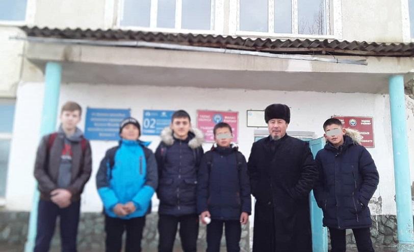 «Молдо Шариф» мечитинин имамы АбдуманапЮнусов үй-бүлөсүнүн атынан мүмкүнчүлүгү чектелген балдарга зыярат кылды