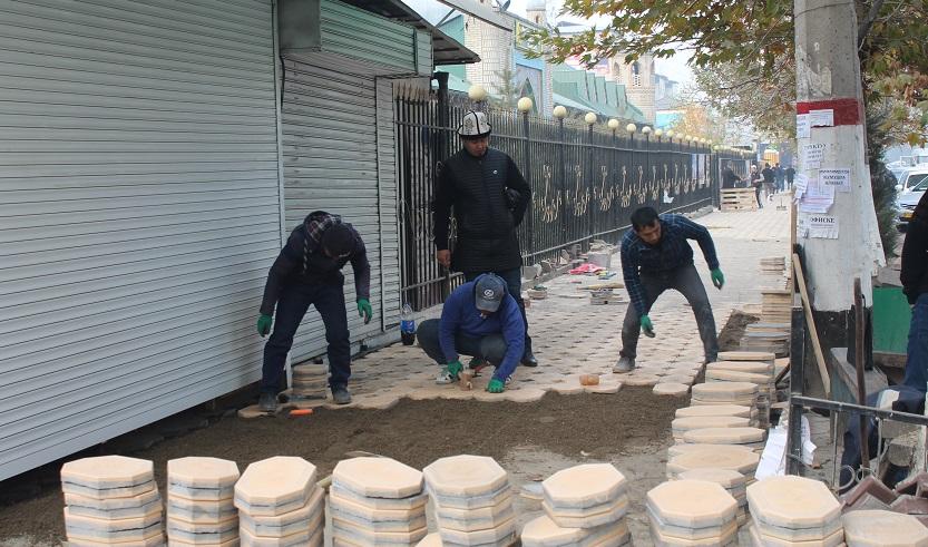 """Ош шаарынын борбордук """"Имам аль-Бухарий-Алай"""" мечитинин жанындагы тротуарды оңдоп-түзөө иштери аяктады"""