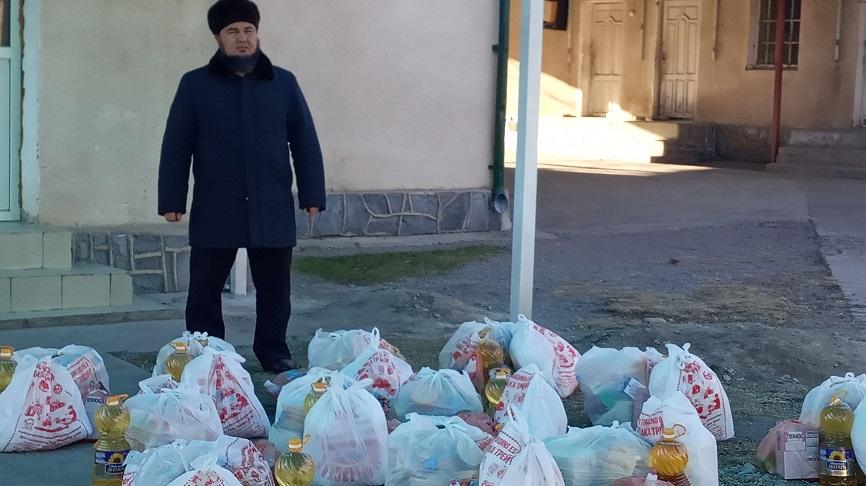 Таш-Көмүр шаарынын баш имам хатиби Мураталы ажы Мансуров аз камсыз болгон 15 үй-бүлөгө 30 миң сомдук азык-түлүк таратты