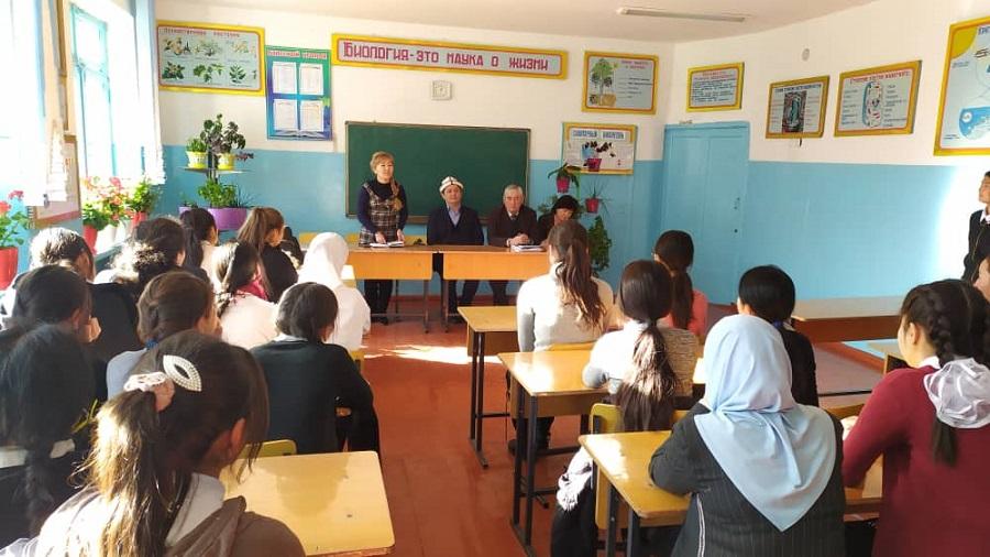 Нарын облусунун казысы Мамбетасан ажы Ибраев окуучуларды китеп окууга чакырып, бул жаатта райондук билим берүү бөлүмү менен кызматташат