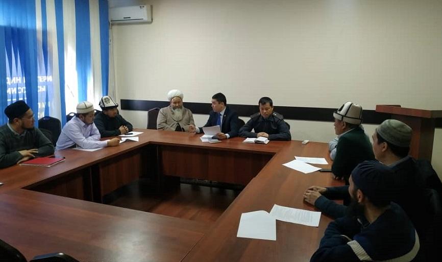 Бишкектин Ленин районундагы имамдар өкмөт кызматкерлери менен тыгыз иш алып барууда