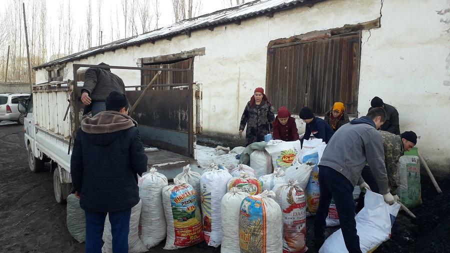 Араван районунда жардамга муктаж болгон 20 үй-бүлөнүн ар бирине 1 тоннадан көмүр таратылды