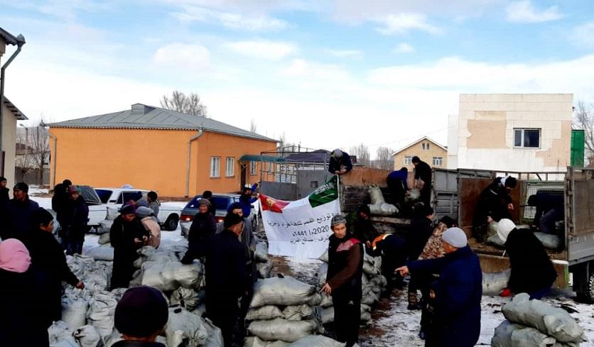 Тоң районунун Бөкөнбаев айылында жардамга муктаж 75 үй-бүлөгө көмүр таратылды