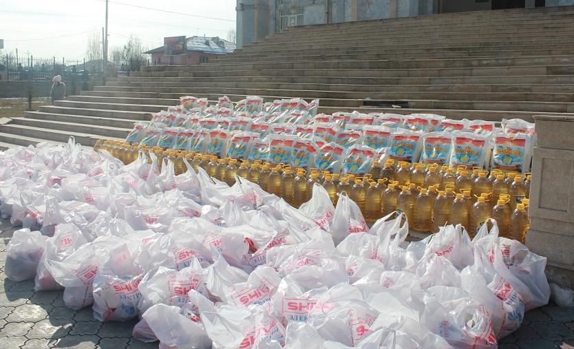 Ош шаарында студенттер 100 үй-бүлөгө жардам баштыкчасын таратышты