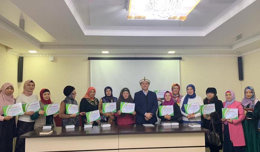 Нарын казыятынын аялдар бөлүмү Куран курсунун алгачкы 14 бүтүрүүчүсүнө сертификат тапшырды