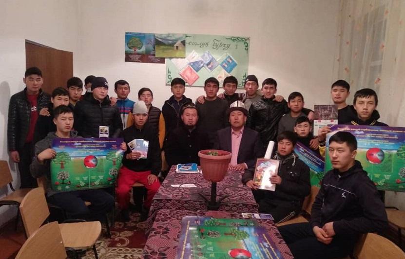 Бактияр ажы Шарапов окуучуларга жакшы кулк-мүнөз тууралуу баяндамасын жасады