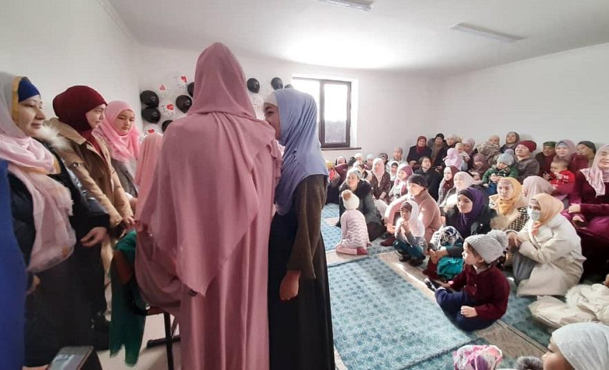 Кара-Көл шаарынын борбордук мечитинде айымдар үчүн жоолук күнү белгиленди