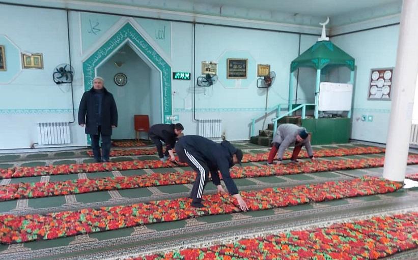 Таш-Көмүр шаарынын жаштары мечитке 25 даана төшөк беришип, ак сакалдардын ак батасын алышты