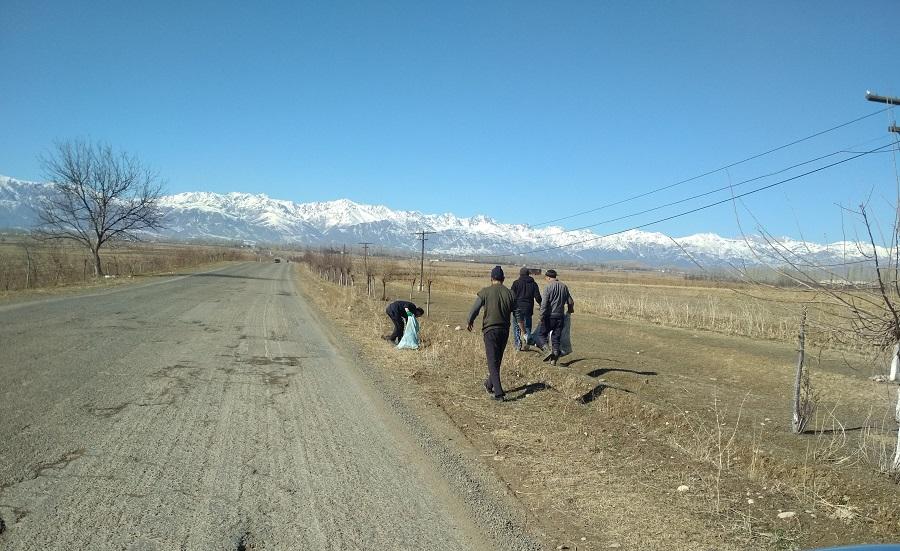 Жалал-Абад: Кыргызстан менен Өзбекстанды бириктирип турган чоң жолдун жээгиндеги таштандылар тазаланды
