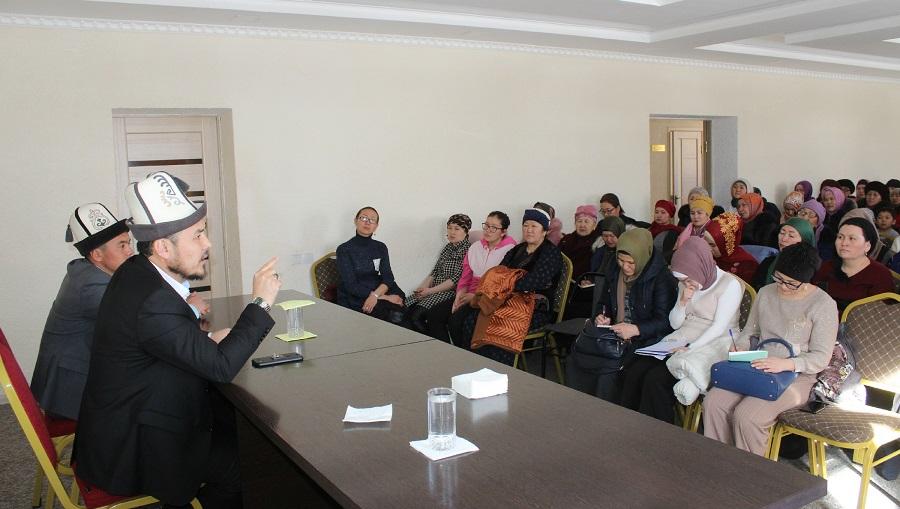 """Нарын шаарында айымдар үчүн """"Ийгиликтүү үй-бүлө""""  аталышындагы семинар өттү"""