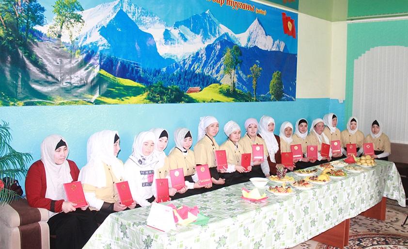 """Таластагы """"Али ибн аби Толиб"""" атындагы медресесинде ашпозчулук кесибин бүтүргөндөргө сертификаттар тапшырылды"""