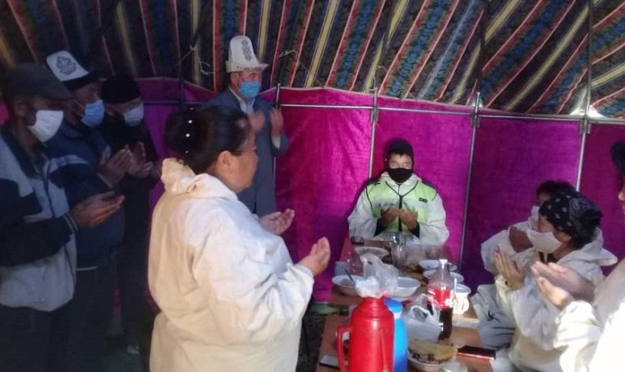 Ак-Талаа районунун Жаңы-Талап айлынын имамы постто тургандарга ысык тамак уюштурду