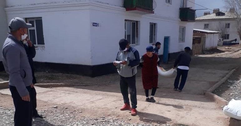 Нарын районунун Достук айылынын имамы демөөрчүлөр тарабынан 30 кап ун таратты