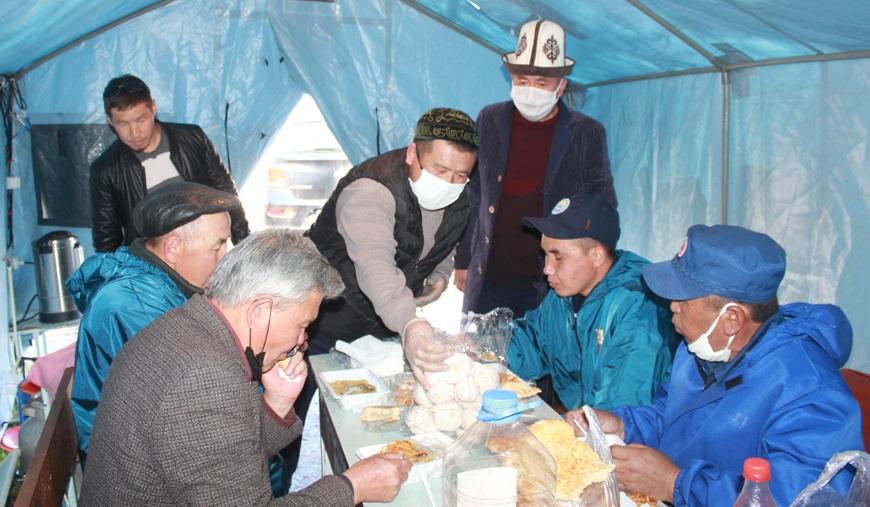Бакай – Ата районунун хатибияты Кенерал айылында блокпосто турган кызматкерлерге ыссык тамак уюштурду
