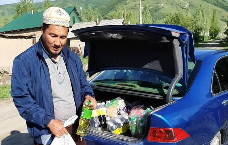 Сузак районунун Кара-Чолок айылында 61 үй-бүлөгө 35 000 сомдук ооз ачаар баштыктары таркатылып берилди
