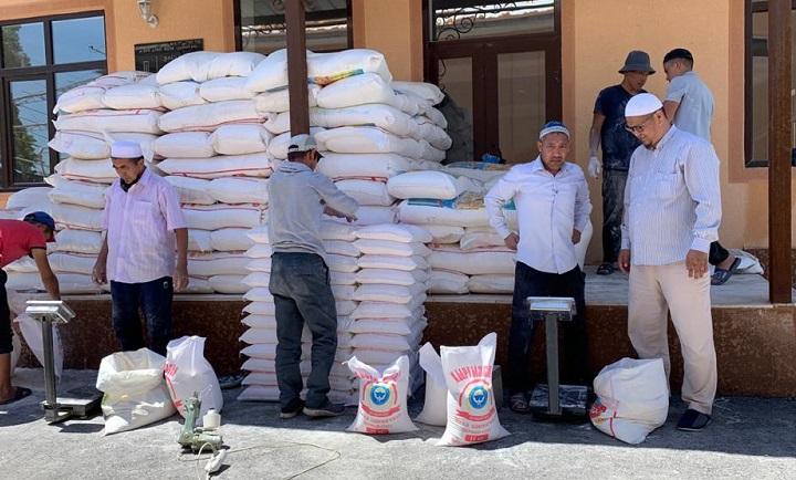 КМДБ тарабынан Жалал-Абад облусундагы жардамга муктаж үй-бүлөлөргө 190 мүшөк ун келди