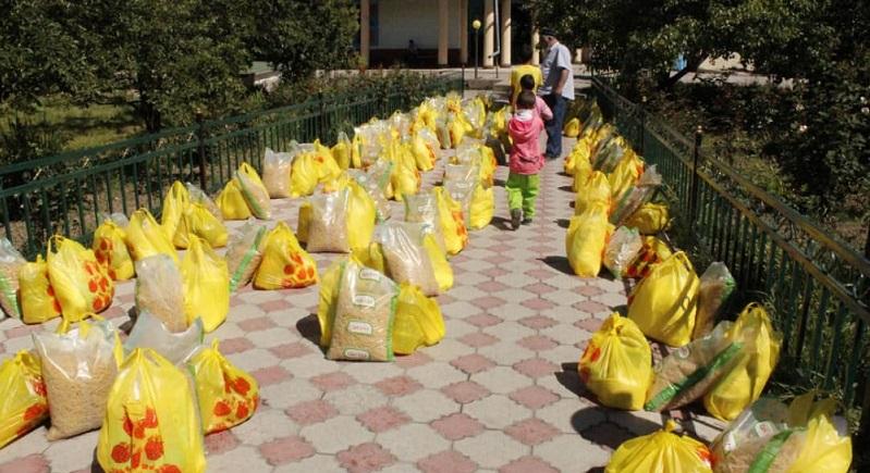 Каракол шаарында аз камсыз 60 үй-бүлөгө кайрымдуулук иш-чарасы уюштурулду