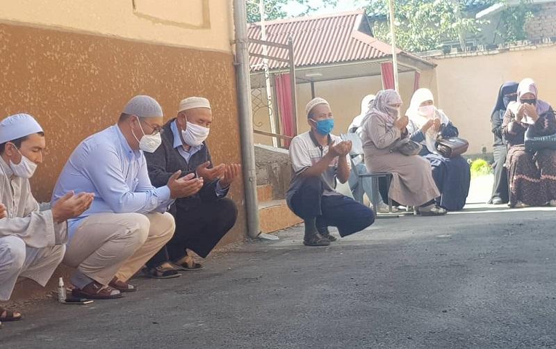 Жалал-Абадда элибиздин амандыгын тилеп, көзү өткөн аалымдарга багышталып Куран окулуп, түлөө өткөрүлдү