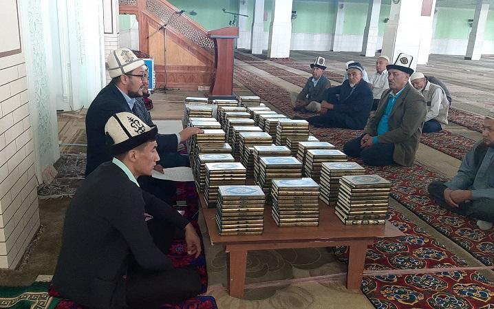 Араванда мечит имамдарына жыйын өткөрүлүп, 944 даана Ыйык Куран китеби тапшырылды
