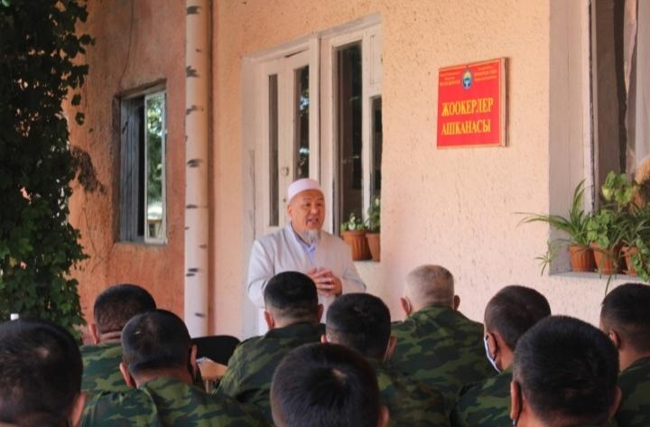 Ош шаарынын казысы Убайдулла ажы Сарыбаев бул жолу № 2065 аскер бөлүгүндөгү жоокерлерге өз баяндамасын жасады