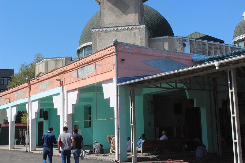 Бишкек шаарындагы Борбородук мечиттин короосу иретке келтирилүүдө